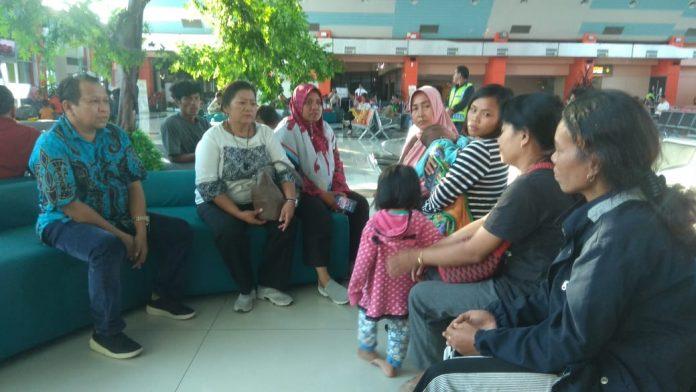 Ketua KKSS Papua Dr. Mansyur (kiri) menerima warga KKSS di pengungsian di asrama Lanud Jayapura.