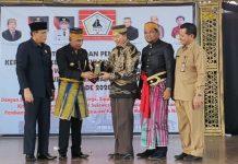 Ketum KKSS Muchlis Patahna (tiga kanan) menerima cendramata dari Bupati PPU Abdul Gafur Masud, seusai pelantikan KKSS PPU di Penajam.